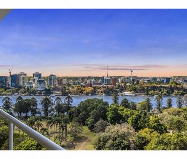 Spectacular Panoramic Views of the Brisbane River and Botanical Gardens