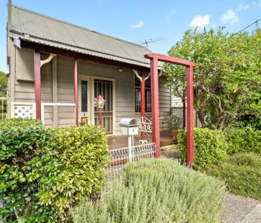 Gorgeous freestanding cottage on a tranquil parkside cul-de-sac