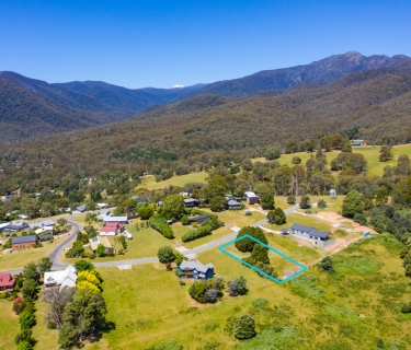 Minutes from Mt Buller - All town services available