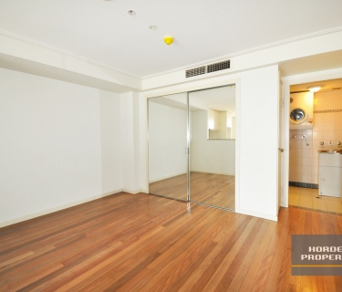 Chic and Spacious Studio in the CBD - Optional: $550/week with parking