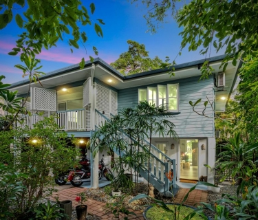 LEAFY & PRIVATE - EDGE HILL QUEENSLANDER - 5KW SOLAR SYSTEM + BATTERY