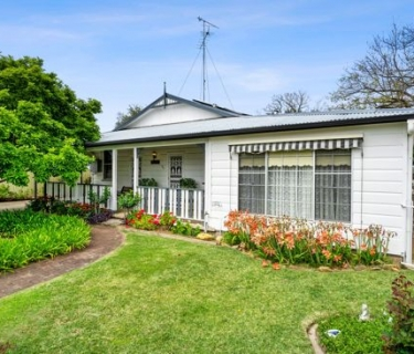Character Home Set In Private Tranquil Gardens