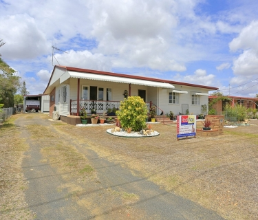 Flood Free - Two Living Areas and Great Shed!
