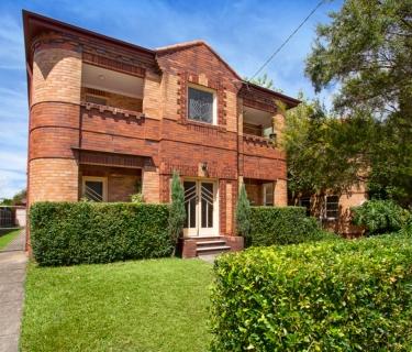 Enchanting Art Deco Top Floor Apartment!