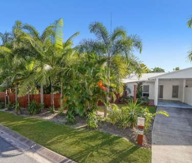 BE QUICK - FANTASTIC HALF DUPLEX WITH POOL & MASSIVE BACKYARD