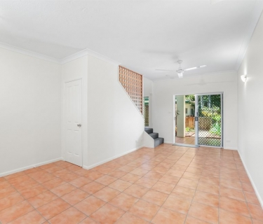SPACIOUS TOWNHOUSE, NEWLY PAINTED WITH COURTYARD & FRONT GARDEN