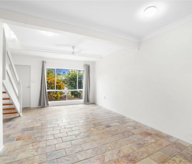 BRIGHT & LIGHT, FRESHLY PAINTED TOWNHOUSE WITH BALCONY