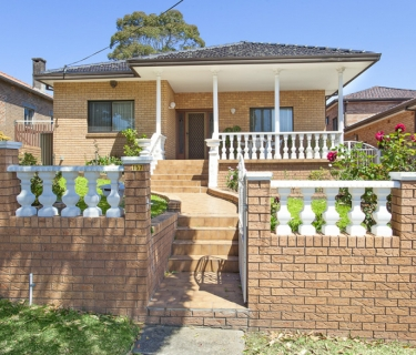Deceptively Spacious Family Home With Peace Park Access!