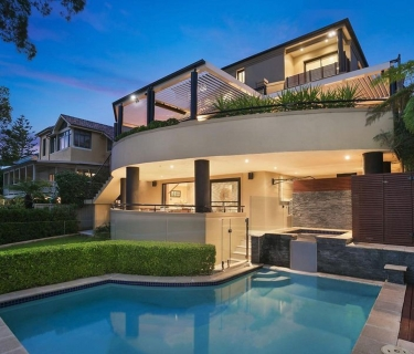 Superior family home - level stroll to Northbridge plaza
