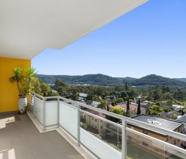 Near new, sun drenched, bright apartment!