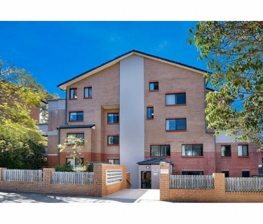 Over-sized 1 Bedroom Apartment - Walking Distance to Train Station!!!